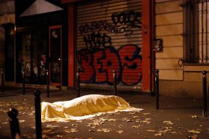 Un cuerpo a la salida del teatro Bataclan, en la noche del viernes 13. Credit Jerome Delay/Associated Press