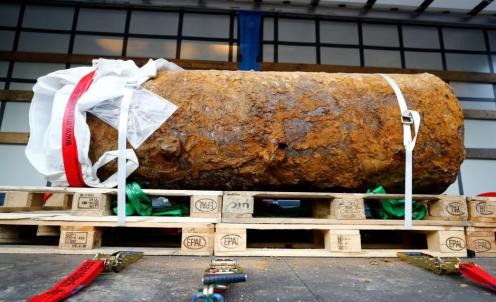 Explosives experts defused a massive World War Two bomb after tens of thousands of people evacuated their homes in Frankfurt