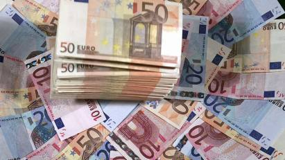 10-euros-20-euros-50-euros-manojo-de-dinero